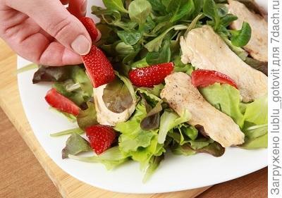 Шаг 5. Выкладываем салат