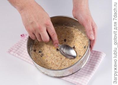 Шаг 1. Выкладываем в форму мюсли, муку и сливочное масло