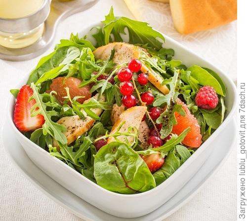Салат с курицей и ягодами/Фото: К. Виноградов/BurdaMedia