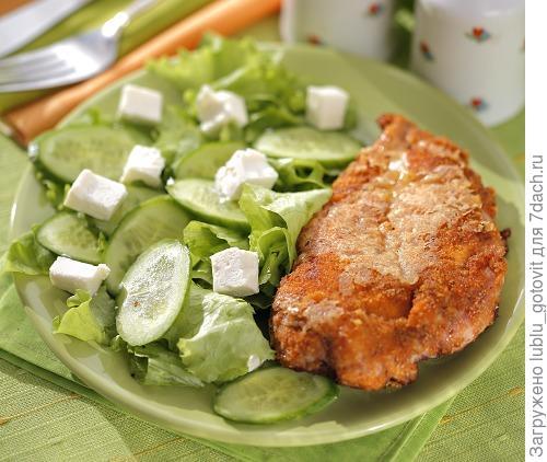 Куриное филе с салатом из огурцов/Фото: Дмитрий Королько/BurdaMedia