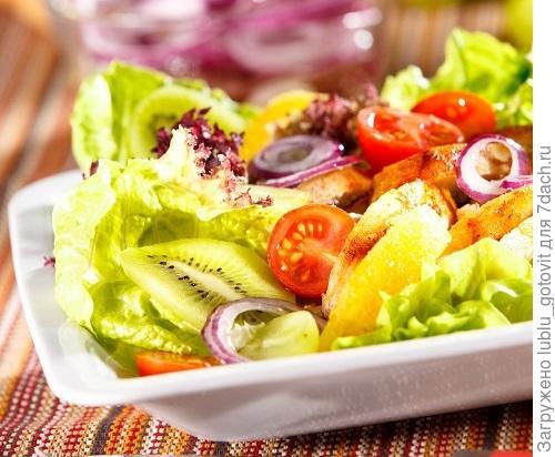 Салат с курицей и фруктами/Фото: Олег Кулагин/BurdaMedia