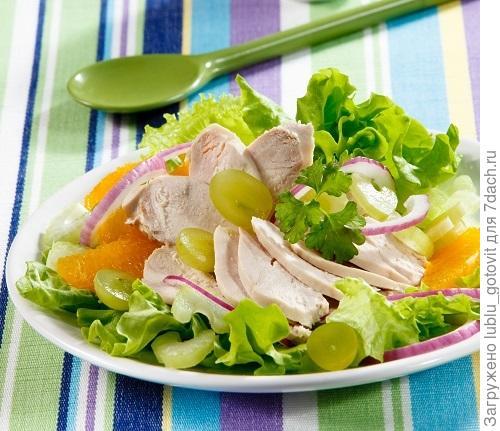 Салат из курицы и фруктов/Фото: Олег Кулагин/BurdaMedia