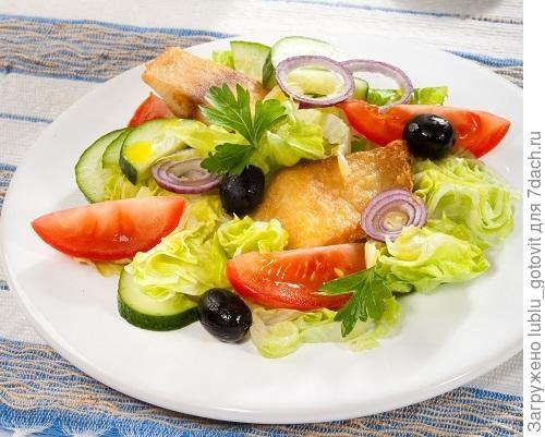 Рыбный салат со свежими овощами, оливками и сыром/Фото: Олег Кулагин/BurdaMedia