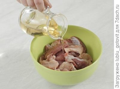 Шаг 1. Сбрызгиваем мясо вином и оставляем на 10 минут