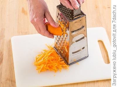 Шаг 2. Трем морковь на крупной терке