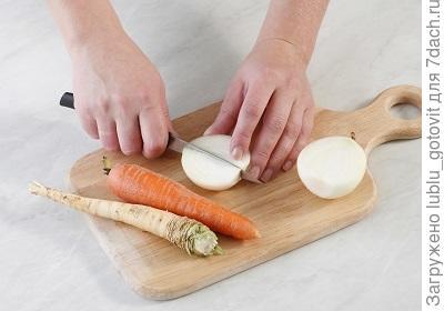 Шаг 3. Чистим овощи и кладем в холодец