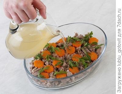 5. Выкладываем в форму мясо с морковью и заливаем бульоном