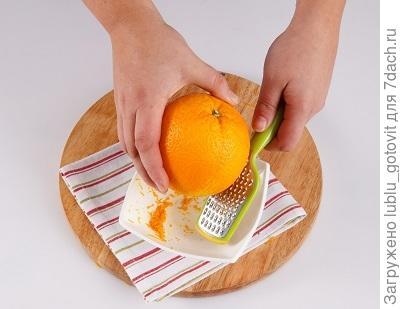 Шаг 3. Натираем цедру апельсина на мелкой терке