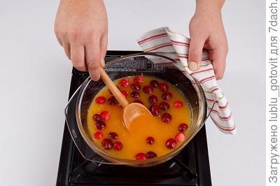 Шаг 4. Готовим соус из клюквы и апельсина