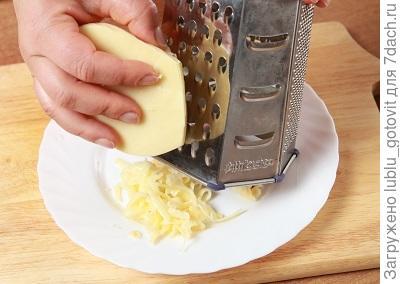 Шаг 4. Натираем твердый сыр на средней терке