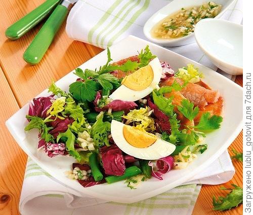 Витаминный салат из свежей зелени и жареной свинины/Фото: Олег Кулагин/BurdaMedia