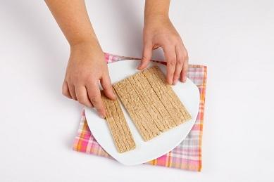 шаг 3, выкладываем хлебцы на блюдо