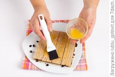 шаг 4, смазываем хлебцы сиропом