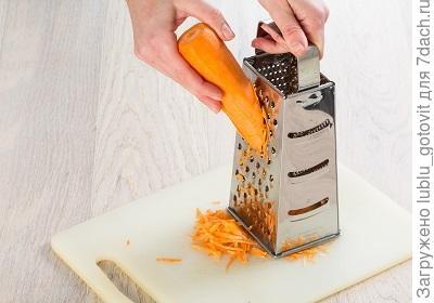 шаг 3, натираем морковь на терке