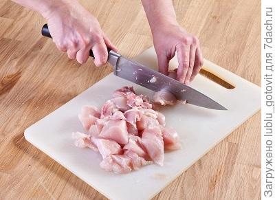 шаг 1, на доске нарезаем куриную мякоть