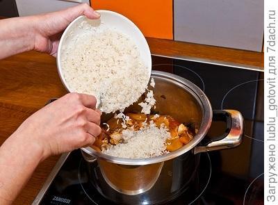 шаг 5, выкладываем на мясо с овощами и курагой рис