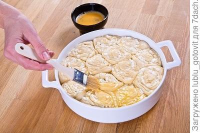 шаг 3, подошедшие булочки смазываем яйцом