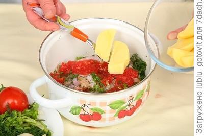Шаг 6. Выкладываем курицу и овощи в кастрюлю.