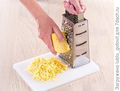 Шаг 5.  Натираем сыр на терке.