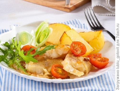 Рыбное филе с помидорами черри и репчатым луком/Фото: Олег Кулагин/BurdaMedia