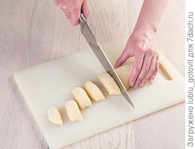 Шаг 2. Нарезаем тесто на кусочки.