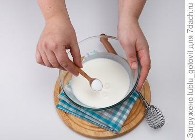 Шаг 1. В кефир добавляем соду, соль и сахар.