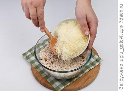 Шаг 2. В фарш добавляем сыр.