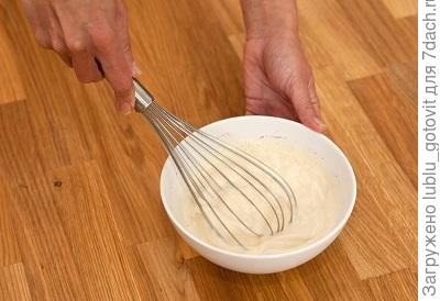 Шаг 4. Яйца взбиваем со сливками.