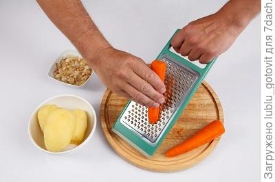 Шаг 1. Натираем морковь на терке.