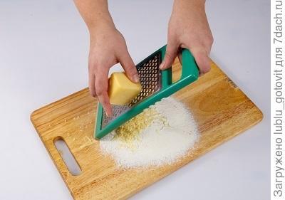 Шаг 1. Натираем сыр для теста.