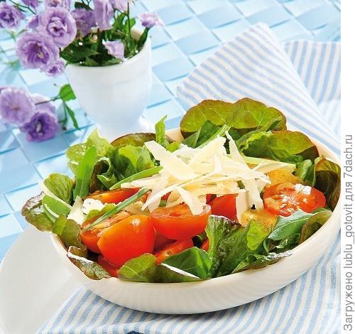 Летний салат с томатами и сыром/Фото: Олег Кулагин/BurdaMedia