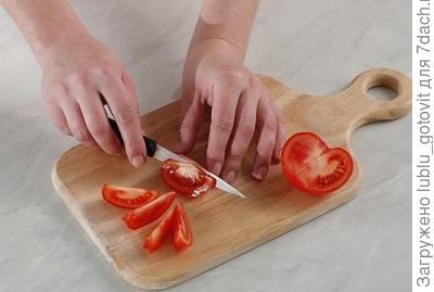Шаг 5. Нарезаем помидоры.