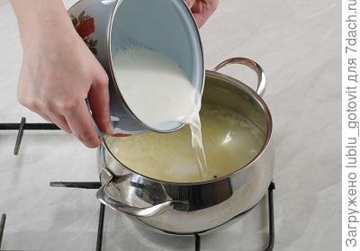 Шаг 4. Выливаем молоко в суп.