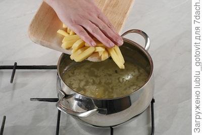 Шаг 2. Выкладываем картофель в кастрюлю с водой.