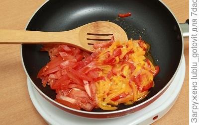 Шаг 2. Тушим овощи в сковороде.