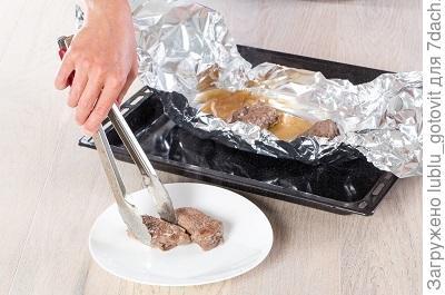 Шаг 6. Выкладываем куски мясо на фольгу.