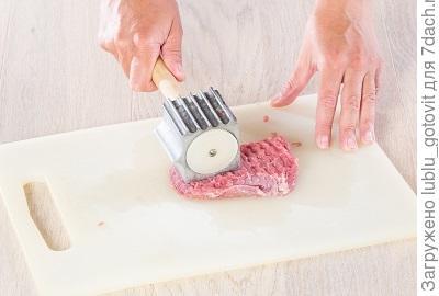 Шаг 1. Отбиваем мясо.