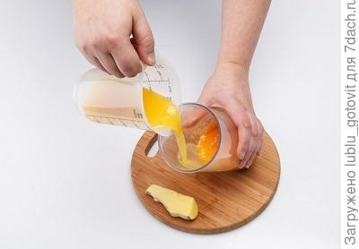 Шаг 1.  К абрикосам добавляем апельсиновый сок.