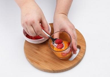 Шаг 4. Выкладываем в стаканы малину.