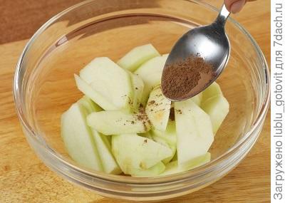Шаг 4. Смешиваем яблоки и специи.