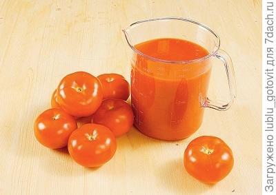 Шаг 1. Выжимаем сок из помидоров.