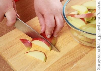Шаг 1. Нарезаем яблоко ломтиками.