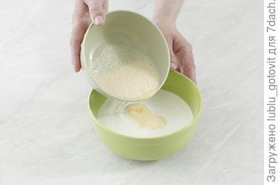 Шаг 4. Соединяем взбитые яйца с творожной массой.