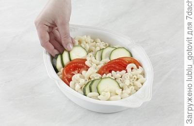 Шаг 5. Выкладываем подготовленные продукты в форму.