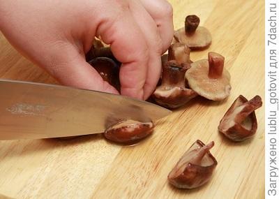 Шаг 1. Нарезаем грибы.