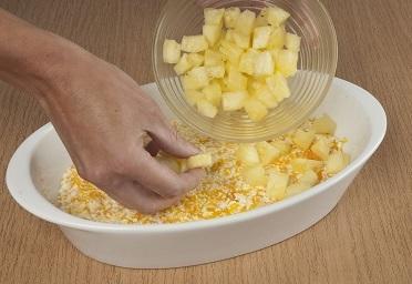 Шаг 4. Выкладываем кусочки ананаса.