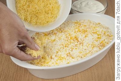 Шаг 5. Посыпаем запеканку сыром.