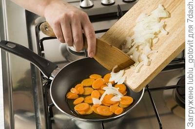Шаг 3. Добавляем лук к моркови.