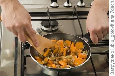 Шаг 4. Тушим грибы с овощами.
