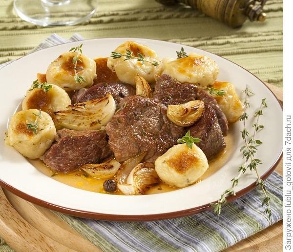 Рагу из баранины с картофельными клецками и луком/Фото: Олег Кулагин/BurdaMedia